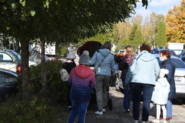 Wiele osób pojawiło się na Cmentarzu Komunalnym w Skarżysku-Kamiennej w sobotę 24 października. Ludzie obawiają się, że ze względu na szalejącą za tydzień kiedy nadejdzie Wszystkich Świętych i Dzień Zaduszny dostęp do cmentarzy może być ograniczony. Dlatego sporo osób wybrało się odwiedzić groby bliskich już teraz. >>> ZOBACZ WIĘCEJ NA KOLEJNYCH ZDJĘCIACH