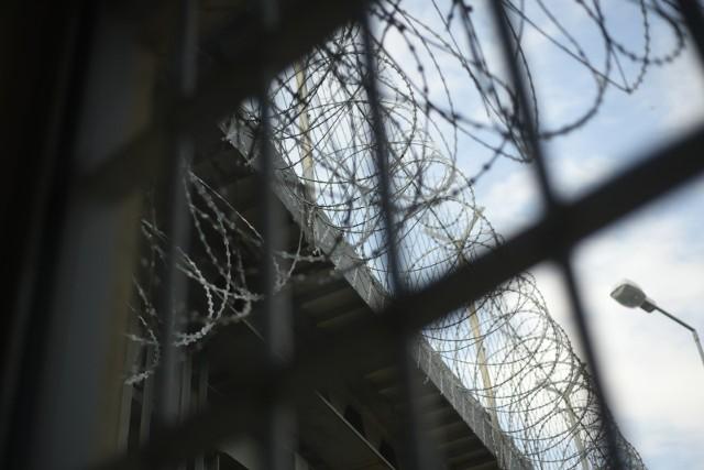 26-letni mężczyzna może trafić do więzienia po tym, jak wrzucił narkotyki na teren zakładu karnego w Brzegu.