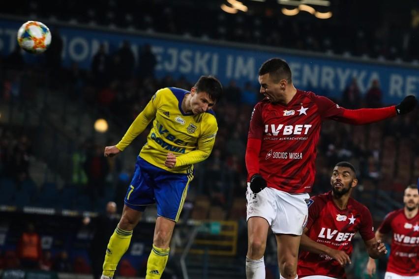 Po golu Macieja Jankowskiego (na zdjęciu w pojedynku powietrznym z Maciejem Sadlokiem) Arka Gdynia wygrała 9 listopada w Krakowie 1:0. Zwycięstwo nad Wisłą koniecznie trzeba powtórzyć dziś na własnym stadionie.