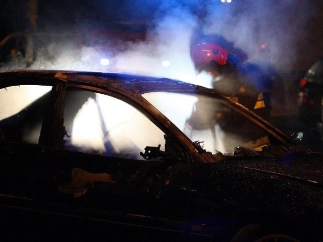 Splonąl samochódNieznani sprawcy wybili szybe i podpalili opla stojącego przed budynkiem przy ulicy Matejki 8.