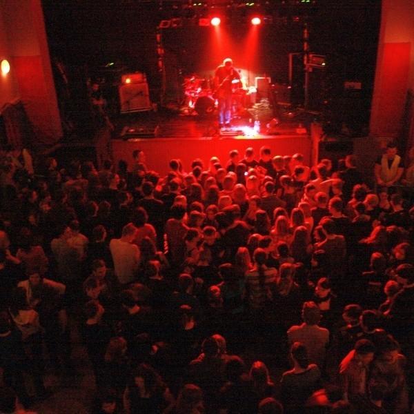 Koncert jest typowo rockowy, dlatego krzesła zdemontowaliśmy - tłumaczył Marek Litwin, organizator imprezy