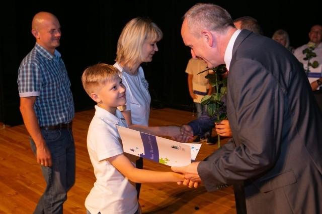 Władze miasta spotkały się z najlepszymi uczniami rawskich szkół podstawowych i gimnazjalnych. W sali widowiskowej Miejskiego Domu Kultury zebrało się 62 Mistrzów Nauki. Odebrali nagrody z rąk burmistrza Dariusza Misztala.
