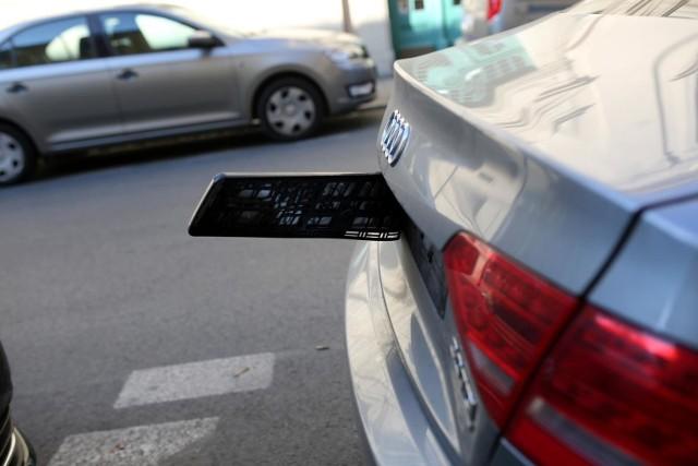 Jeżeli pojazd jest przystosowany do klasycznego rozmiaru tablicy, a ma zbyt małą tablice, to najpewniej będziesz miał zatrzymany dowód rejestracyjny.
