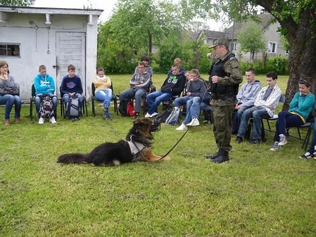 Jedną z atrakcji spotkania ze strażnikami był pokaz psów