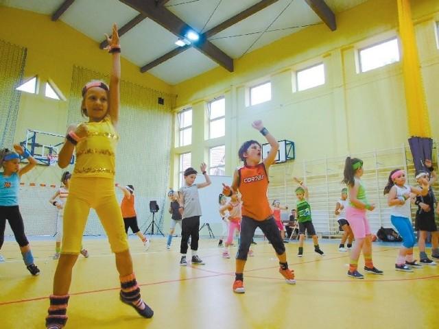 Podczas uroczystości otwarcia hali uczniowie dali pokaz aerobiku. (fot. Radosław Dimitrow)