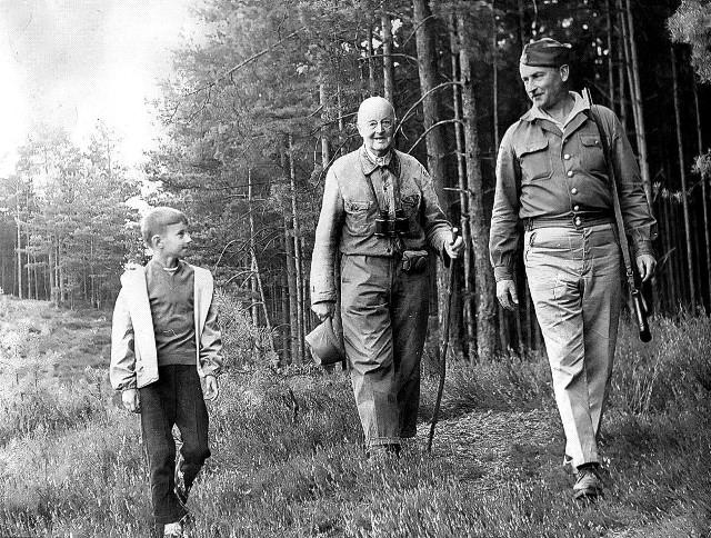 Leśniczy Piotr Moyseowicz (z lewej) ma na zdjęciu 8-9 lat. W środku idzie sławny przyrodnik i pisarz Włodzimierz Korsak, który - zakochany w lubniewickich lasach - pomieszkiwał w leśniczówce ojca pana Piotra, Jerzego Moyseowicza.