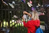 Baby Shoes Remember: Na Ostrowie Tumskim w Poznaniu powiesili dziecięce buciki, by upamiętnić ofiary pedofilii [ZDJĘCIA]