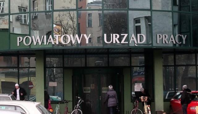 Kolejni mieszkańcy województwa łódzkiego tracą pracę w czasie pandemii koronawiusa. W maju do zwolnień grupowych w Łodzi i województwie łódzkim zgłoszono 27 osób. Zwalniani są także ci, którzy w tej statystyce znaleźli się w poprzednich miesiącach.W maju o zamiarze przeprowadzenia zwolnień grupowych zostali poinformowani szefowie urzędów pracy w Łodzi, Zduńskiej Woli oraz w Skierniewicach. W Łodzi pracę ma stracić 8 pracowników Banku Pocztowego, jedna z nich już pożegnała się ze stanowiskiem.Czytaj dalej