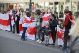 Solidarni z Białorusią, czyli flagi i oklaski. Białoruska społeczność Łodzi i ich przyjaciele protestowali przeciwko władzy