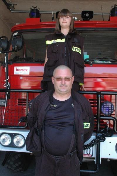 Dariusz Kowalski z młodszą córką Jagodą. Do OSP należy także jej starsza siostra Ola. W strażackie życie zaangażowana jest cała rodzina ochotnika ze Świniar.