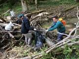 Mieszkańcy i miłośnicy przyrody sprzątają Dolinę Racławki. Czyszczą rzekę, zbierają śmieci