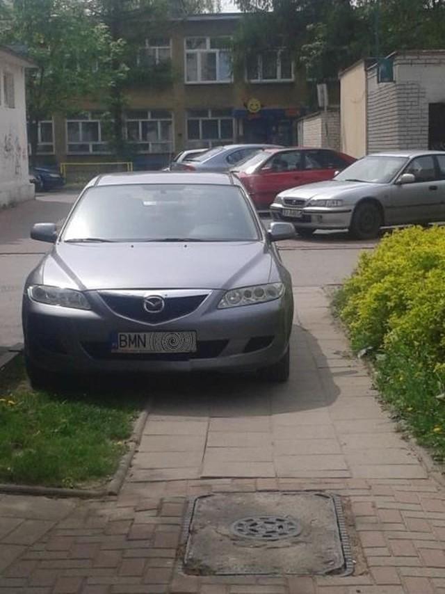 Parkowanie po moniecku na ulicy Chrobrego w Białymstoku. Kierowca powinien wrócić do szkoły jazdy.