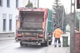 Czytelnik: środek porannego szczytu, a tu odbiór śmieci zablokował jedną z ruchliwszych ulic w Zielonej Górze. Czy nie można tego zmienić?