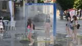 Uwaga na upały! Kurtyny wodne na Rynku i placu Artystów w Kielcach. Czynne są też poidełka [WIDEO, ZDJĘCIA]