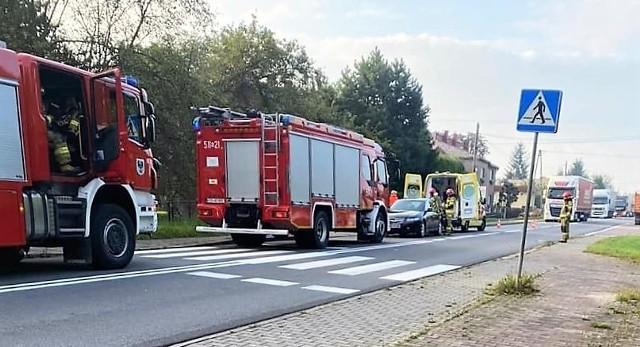 W Oświęcimiu, na ulicy Jagiełły, motorowerzysta wpadł na samochód osobowy (21 września 2021)