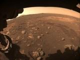 """Zobacz zdjęcia z Marsa! Łazik ma za sobą pierwszą jazdę - pokonał 6,5 metra, wysłał 7 000 zdjęć, """"napina mięśnie"""" mechanicznego ramienia"""