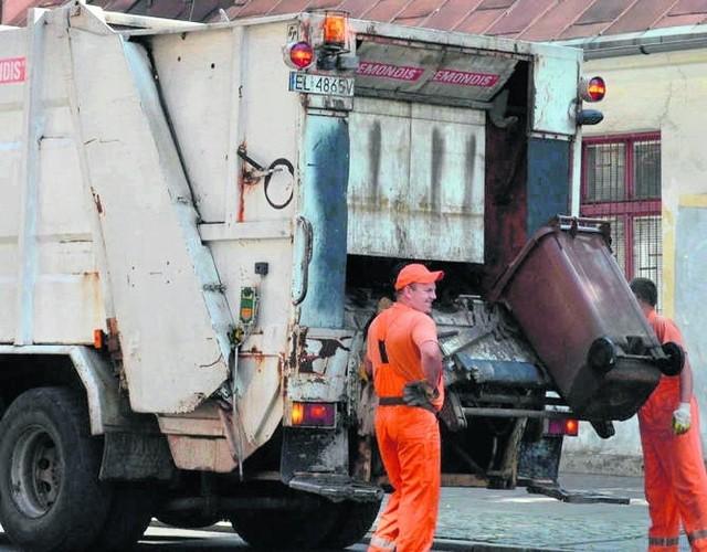 Najczęściej mieszkańcy skarżą się na nieterminowe odbieranie śmieci .