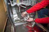 Coraz częściej w Polsce awarię lodówki naprawia fachowiec w ramach polisy