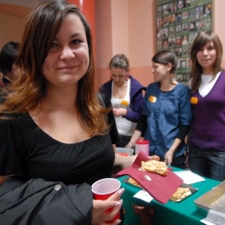 Dagmara Lubiecka też zapłaciła złotówkę za kawałek karpatki, którą sama... upiekła. Za nią Ania Wojnarowska, Agnieszka Kin i Agnieszka Socha