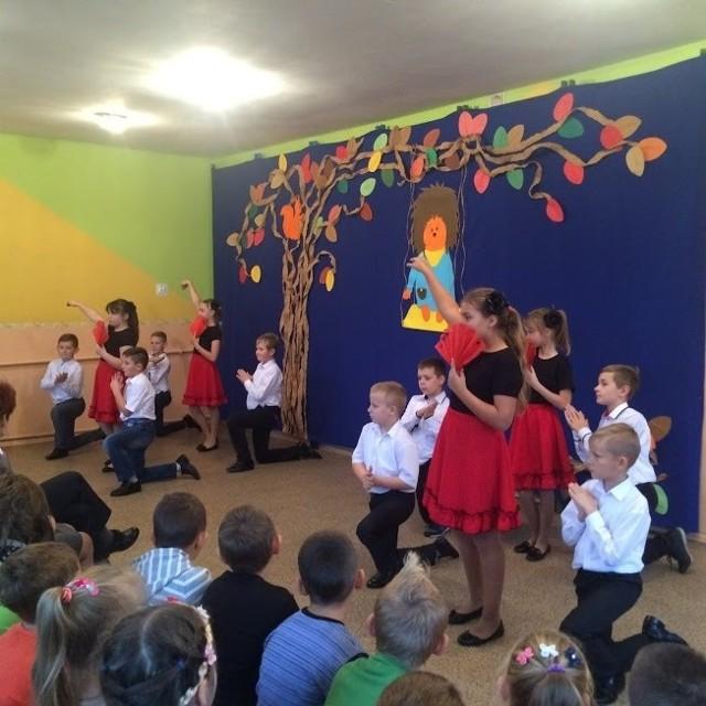 Na koniec uroczystości dzieci zatańczyły i  pokazały przedstawienie. Nauczyły się na zajęciach pozalekcyjnych.