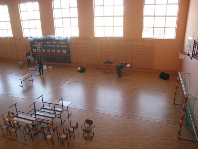 Przygotowania do uroczystości otwarcia nowej części, w tym hali.
