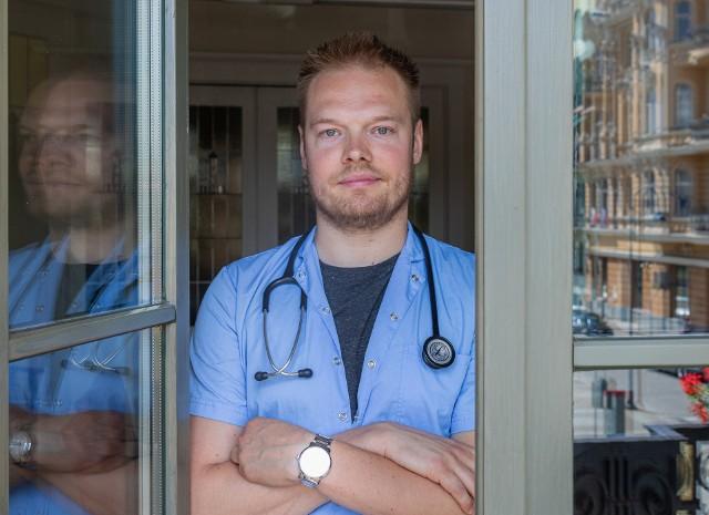 Sprawę nagłośnił w listopadzie 2019 r. lek. Bartosz Fiałek, który za skandaliczne uznał zapisy w umowach lekarzy, którym odlicza się od zarobków koszty zleconych przez nich badań.