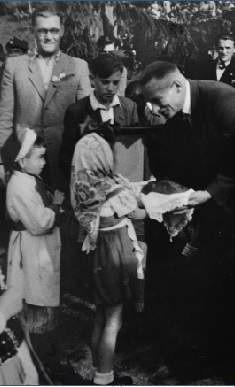 8 sierpnia 1947 roku uczniowie szkoły brali udział w dożynkach. Na zdjęciu Bożenka Pytlak i Staś Szpilewski przekazują staroście Kazimierzowi Łaćwikowi pszenny chleb jako symbol plonów.