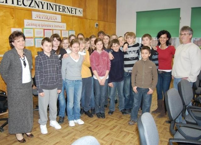 Od lewej: Krystyna Górecka z klasą VI b oraz nauczycielami informatyki, Karoliną Hawrylewicz i Krzysztofem Nowakiem.