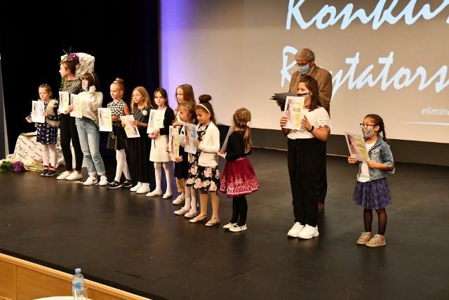 Podczas 35. eliminacji do Małego Konkursu Recytatorskiego zaprezentowało się 27 młodych recytatorów z dwunastu placówek oświatowych znajdujących się na terenie całego powiatu kozienickiego.