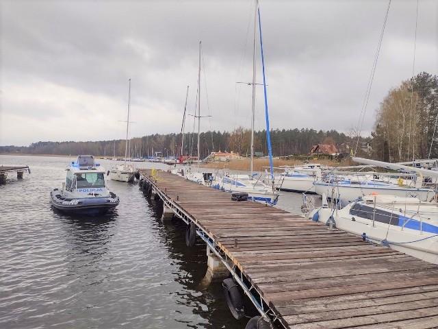 Policjanci zwodowali w Pieczyskach kolejną łódź, która będzie stacjonować na Zalewie Koronowskim w czasie sezonu turystycznego