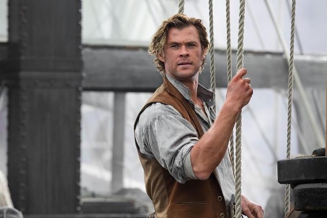 """""""W samym sercu morza""""Zimą 1820 r. płynący z Nowej Anglii statek wielorybniczy Essex został zaatakowany przez przerażające stworzenie — gigantycznego kaszalota o niezłomnej woli i niemal ludzkim pragnieniu zemsty. Ta autentyczna katastrofa morska zainspirowała Hermana Melville'a do stworzenia powieści """"Moby Dick"""". Jednak autor książki opisał tylko część tej historii.Film """"In the Heart of the Sea"""" przedstawia, jak uczestnicy wyprawy, którzy pozostali przy życiu po starciu z wielorybem, walczą o przetrwanie, przekraczając granice własnej wytrzymałości i dokonując niemożliwego. W obliczu żywiołu i głodu przerażona i zrozpaczona załoga statku Essex, zwątpi w swoje najgłębsze przekonania: wartość ludzkiego życia i moralność swojego zajęcia. Tymczasem kapitan będzie próbował odnaleźć drogę do domu, a pierwszy oficer postawi sobie za cel pokonanie wieloryba."""