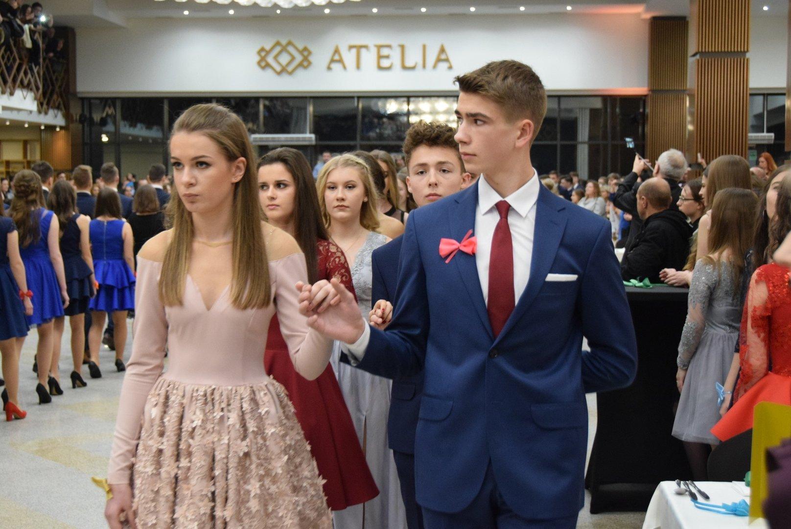 cfcd8042ed Bal gimnazjalny i ósmoklasisty na pożegnanie szkoły. Uczniowie SP 18  zatańczyli poloneza (ZDJĘCIA