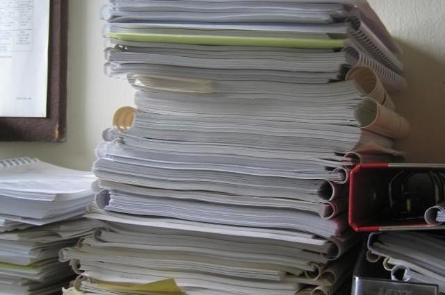 W administracji osiedla panuje bałagan. Z rachunków wynika, że liczba domowników zmienia się z miesiąca na miesiąc