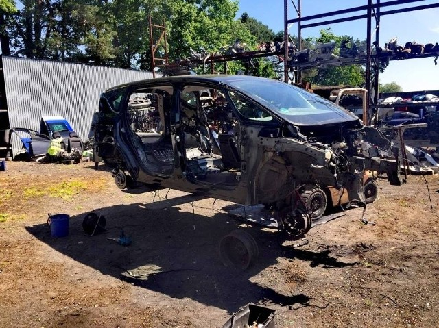 Części samochodowe w postaci silnika, układu kierowniczego oraz elementów karoserii, które pochodziły z kradzieży, ujawnili grodziscy funkcjonariusze na terenie jednej z posesji w Rakoniewicach.