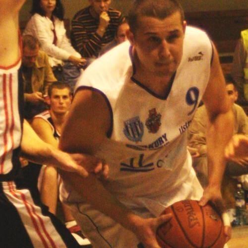 Tomasz Łakis (z piłką) na treningach imponuje formą. Po mniej udanym poprzednim sezonie, w nadchodzących rozgrywkach powinien znów być liderem zespołu z Prudnika.