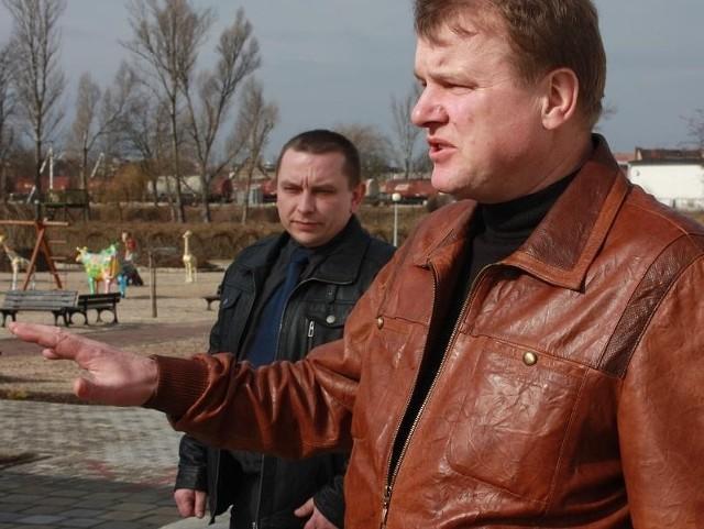 Marcin Walasek (po lewej) i Zdzisław Malczuk, właściciel firmy Malpol opowiadają o nowych atrakcjach w Parku.