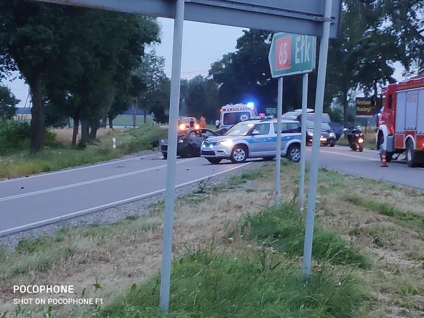 Knyszyn. Wypadek na DK 65. Kierowca osobówki uderzył w drzewo