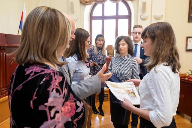 W sali sesyjnej ratusza odbyło się sympozjum literacko-historyczne, które przygotowali uczniowie III LO w Bydgoszczy.