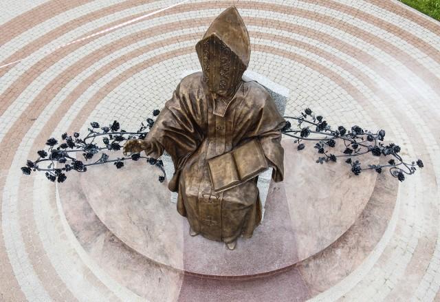 Nowy pomnik świętego Jana Pawła II w Parku Papieskim w Rzeszowie już gotowy.
