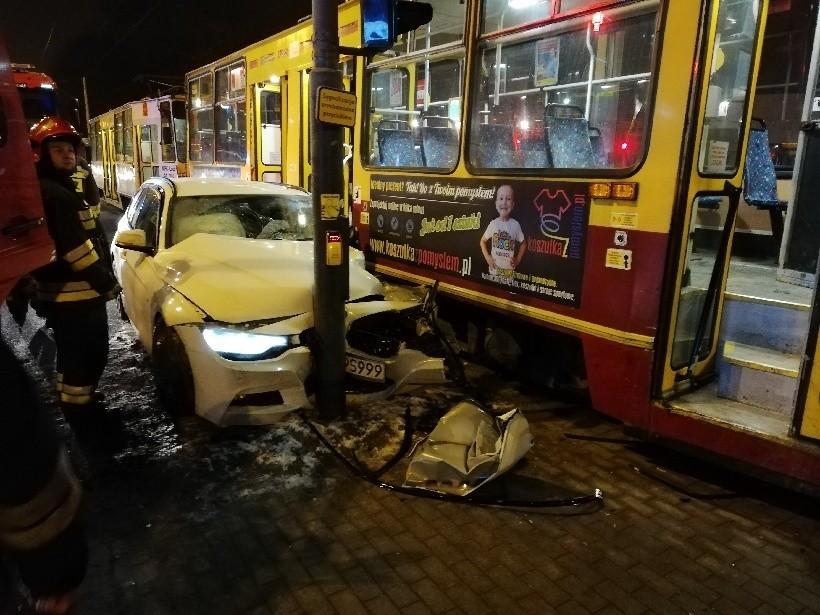 Kierowca bmw wjechał pod jadący tramwaj! Wypadek na skrzyżowaniu ul. Zgierskiej z Liściastą