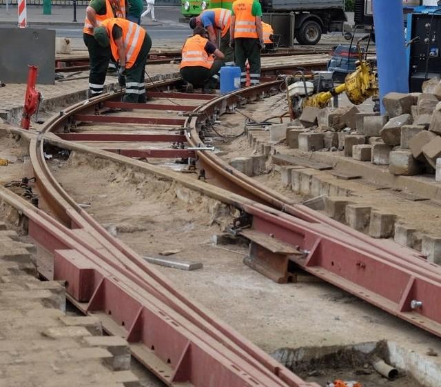 W niedzielę, 12 marca, rozpocznie się remont torowiska na ul. Mielżyńskiego i na placu Wielkopolskim. Praca potrwają dwa tygodnie i zakończą się w niedzielę, 26 marca. W tym czasie inaczej pojedzie kilka tramwajów, uruchomiona zostanie również dodatkowa linia. Sprawdź, jak będa wyglądać zmiany!