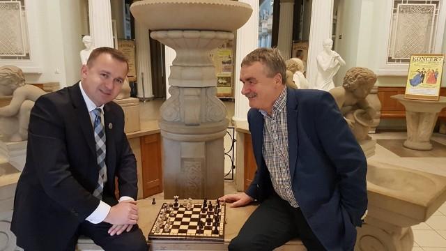 Poseł Michał Cieślak i prezes Wojciech Lubawski w Busku podczas partii szachów