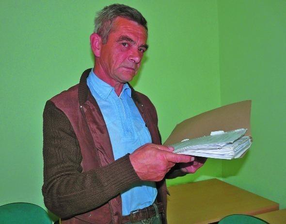 – Chodzę po urzędach, jeżdżę po adwokatach, już mam tego dość! – mówi Stanisław Kozdra, który w sprawie mieszkania swojej matki uzbierał grubą teczkę dokumentów.