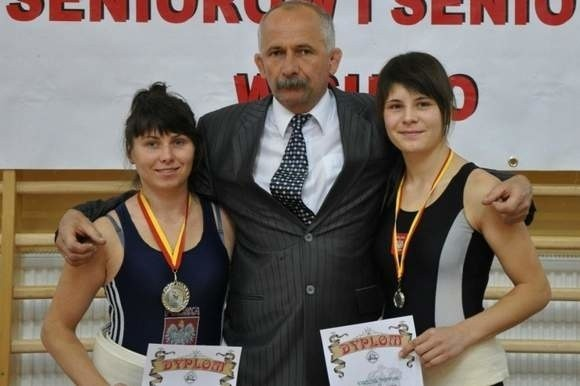 Karolina Pieprzak (z lewej) wraz z siostrą Katarzyną i trenerem Ryszardem Prokopem.