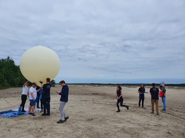 Przygotowania do lotu balonu stratosferycznego AGH Space Systems