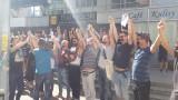 Milczący protest załogi pod Teatrem Polskim: Nam zabrano głos, Wy możecie mówić