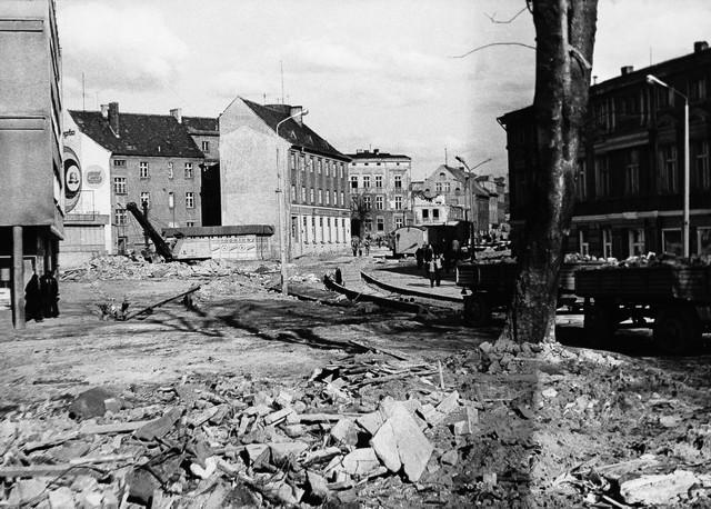 Ulica Zwycięstwa podczas wielkiej modernizacji (rok 1973). Zdjęcie to zostało zrobione przy skrzyżowaniu z ulicą Dzieci Wrzesińskich (w tle, po lewej, widać wejście na ulicę Dworcową). Co ciekawe w tym samym czasie radykalnie przebudowano też ulicę 4 Marca, dobudowując drugą nitkę jezdni. Dotychczas funkcjonowała tylko jedna, ta od strony jednostki wojskowe