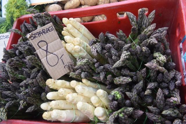 Jak co tydzień zaglądamy na targ w sobotę i sprawdzamy ceny. W sobotę, 16 maja białe szparagi kosztowały 8 zł pęczek. Zobaczcie, co jeszcze można znaleźć na zielonogórskim ryneczku.  Przejdźcie do Galerii>>>