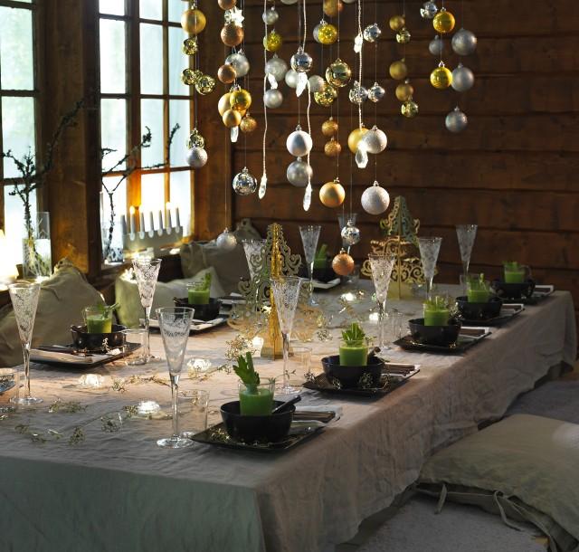 Stół nakryty do wigilijnej kolacjiCoraz więcej zwolenników zyskują świateczne stoły udekorowane w nowoczesnym stylu. W takiej aranżacji doskonale sprawdzają się kontrasty – w przypadku wigilijnego stołu odpowiednie będzie zestawienie klasycznej bieli z wyrazistymi dodatkami w kolorze zielonym lub czerwonym.