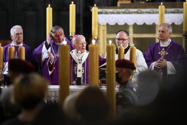 Największa na świecie organizacja, broniąca praw osób molestowanych seksualnie przez księży, amerykański SNAP (The Survivors Network of those Abused by Priests), wzywa polskie władze do zbadania każdej diecezji w kraju - dowiaduje się Radio ZET.WIĘCEJ NA KOLEJNYCH STRONACH>>>